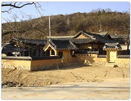 예천 지보면 도장리의 석문종택의 고색창연한 담장과 기와지붕이 겹쳐 보이는 전경사진입니다